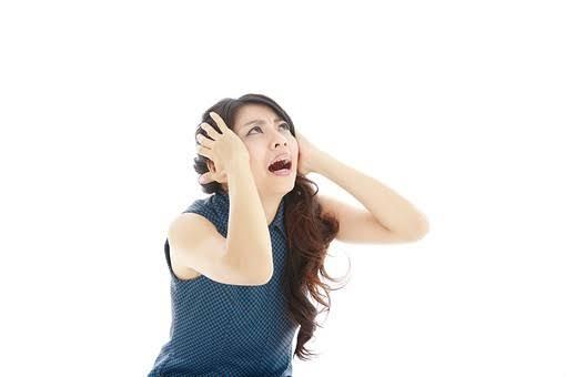 問題に頭を抱える女性