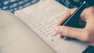 様々なチェックリストが書かれたメモ