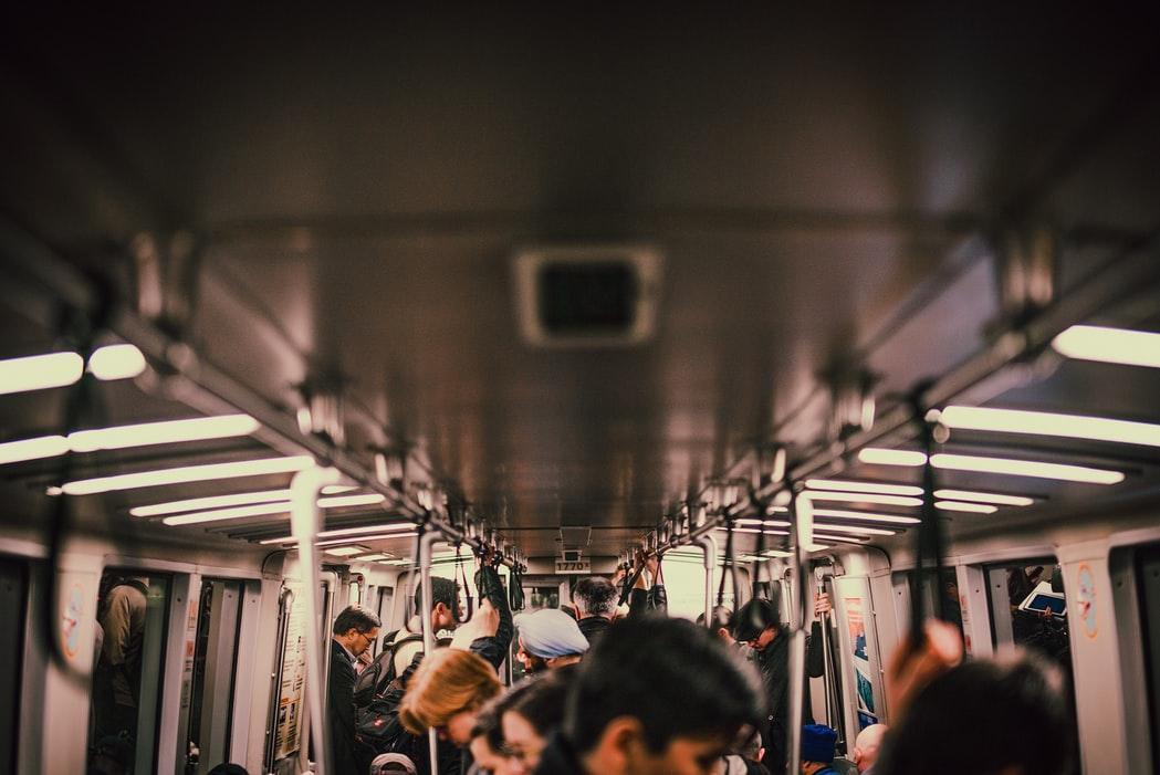 通勤電車の画像