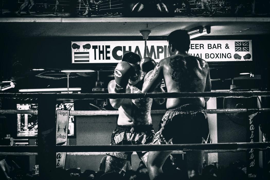 リング上で戦う選手の画像
