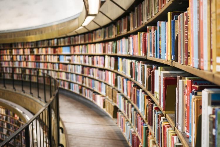本棚に並んだ大量の本