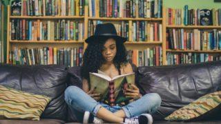 本に読みふけってる人