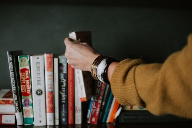 雑に並べられた本