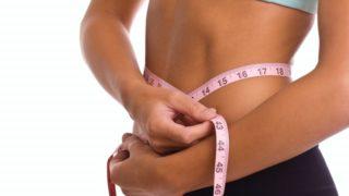 ウエストを計測する女性の画像