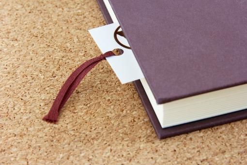 しおりを挟んだ本の画像