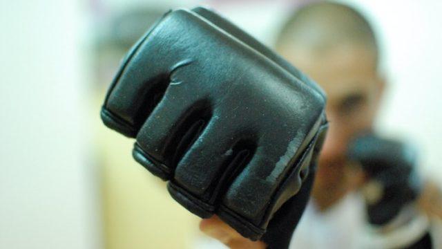 右ストレートを打ってるボクサーの画像