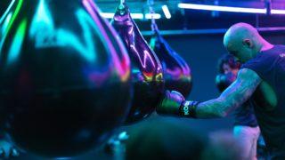 パンチングボールを殴るボクサー