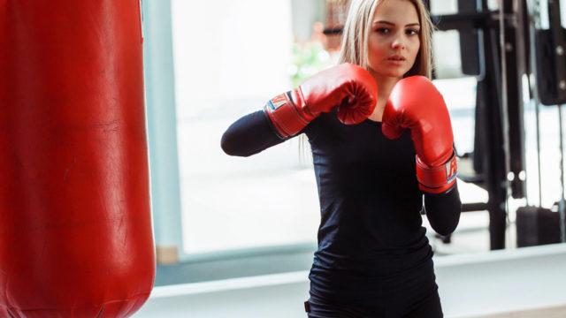 サンドバック打ちをする女性の画像