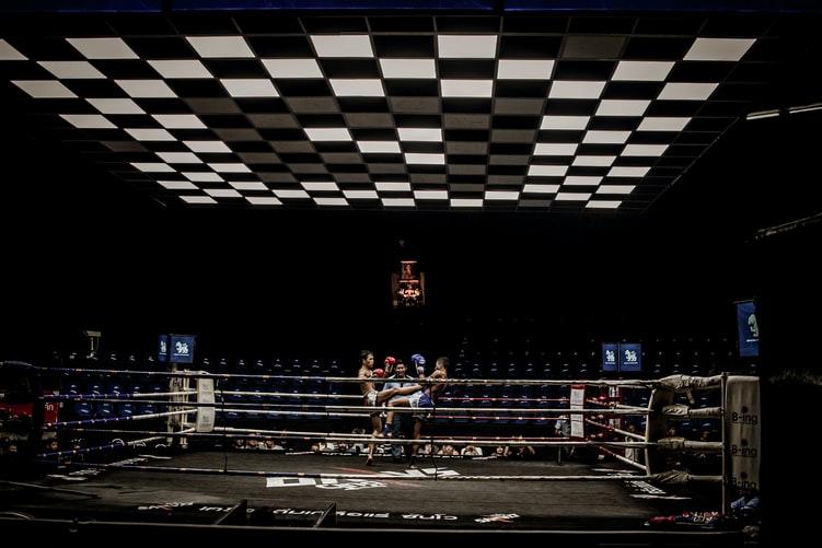 リングの上で戦う選手たちの画像