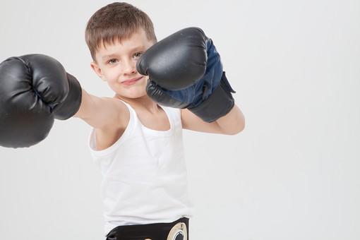ボクシンググローブをはめた子供の画像