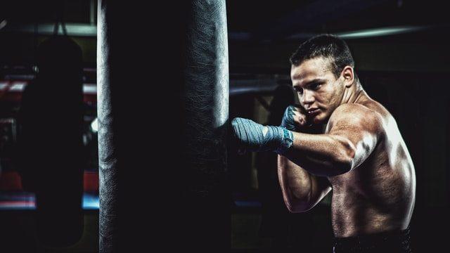 サンドバック打ちをするボクサー