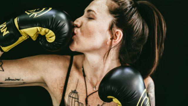 ボクシンググローブをはめた女性の画像