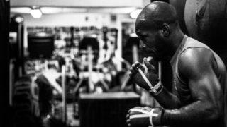 シャドーボクシング中のボクサーの画像