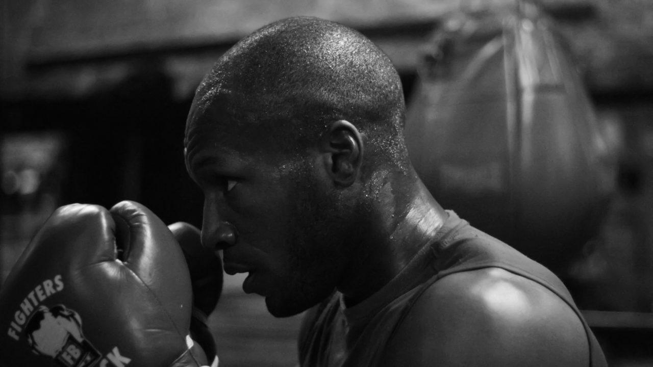 練習に励むボクサー