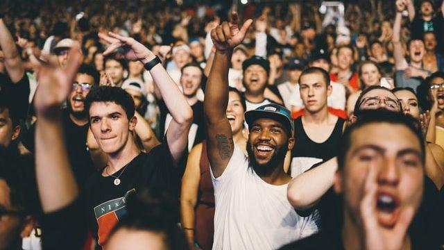 盛り上がる観客の画像