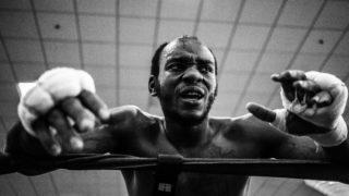 バンテージを巻いてリングに立つボクサー