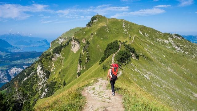 一人で登山をする様子