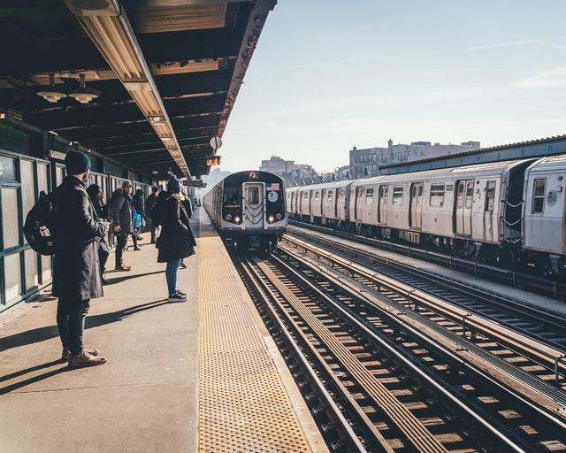 プラットフォームで電車を待つ人