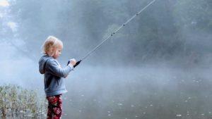 一人で魚を釣る少年
