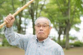 怒った高齢者の画像