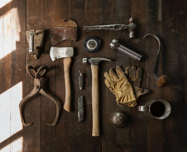 机の上に置かれた様々な工具