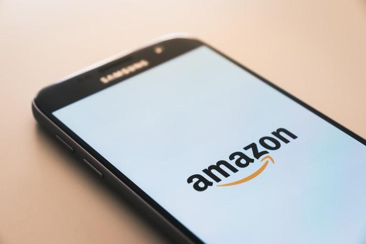 Amazonのロゴが表示されたスマホ